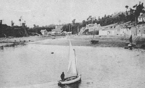Le port de Lézardrieux depuis le môle , un joli canot à misaine arrive au portant