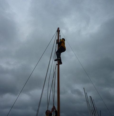 Sitôt mâté on envoie Thomas en tête de mât pour repasser la drisse de mât qui a profitée du voyage pour sortir de sa poulie