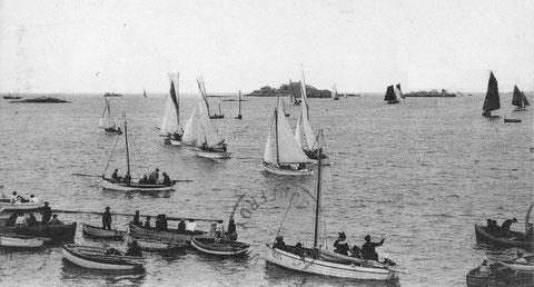 Les spectateurs sont aussi dans des canots, une série de petits yachts vient de partir alors qu'une autre série de bateau de pêche est sur le retour