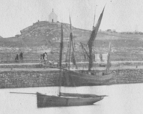 Lougre de cabotage le long du quai de Roscoff en 1896. Voiles carguées, mat de charge et grosse poulie en fer à poste pour le chargement ou le déchargement par l'équipage.