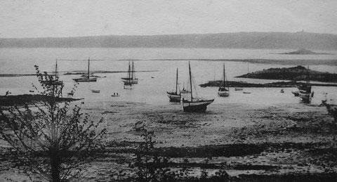 Les mouillages de Pors-Even en Ploubazlanec vers 1910, les grands sloups sont au mouillage, les deux sloups de gauche sont peint en noir à pavois blanc comme  des pilotes