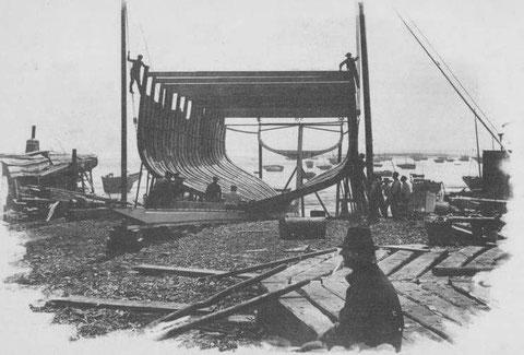 Chantier naval, à Cancale, les membrures d'un terre-neuvier sont dressées à l'aide de deux bigues après leur assemblage à plat