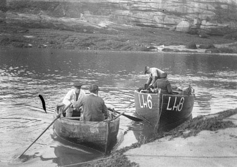 Petits canots de Ploumanac'h, les grands numéros datent de la guerre de 14, l'un des canots est à la godille l'autre à l'aviron