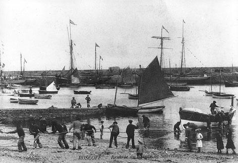 Roscoff, au centre de la photo, amarré à la cale du chantier Kerenfors, un joli canot grée en flambart, on ne retrouve pas ce bateau sur d'autre photos du port de Roscoff. De quel port vient-il ? Est t'il armé à la pêche ou en plaisance ?