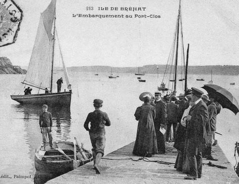Les estivants  attendant les bateaux à la cale de port clos à Bréhat