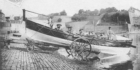 Mise à l'eau du canot de sauvetage « Vauvert de Méan » dans l'avant-port du Palais par beau temps