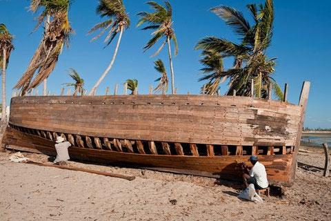 Construction actuelle d'un caboteur en bois à voile à Madagascar