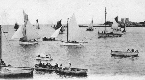 Deux petits yachts de formes locales, le joli à voute plate est certainement une construction Kerenfors, le cordier au mouillage avec le pavillon sert de marque de parcours