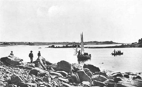 Débarquement dans les îles de Penvenan par temps calme, au premier plan les rochers de l'île du Milieu puis le chenal de Bornoar et au second plan l'île Saint Gildas
