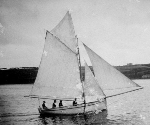 """Le sloup """"Les trois frères"""", construit par Adrien Briand, charpentier de marine de Ploumanac'h, avec à bord Guillaume Ledan et Sylvestre Crériou (l'un des trois frères)"""