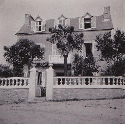 La maison Floch dans les années 60, le balcon, la colonnade du muret, le portail en fer forgé et des dracénas lui donne presque une allure coloniale