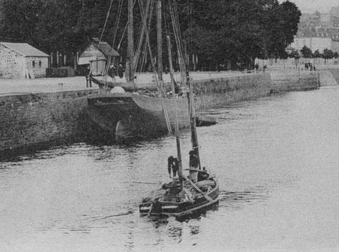 Flambart sablier: bateau de charge à la propulsion mixte : aviron et voile arrivant à lannion