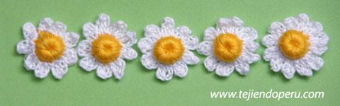 Cómo tejer una flor de manzanilla a crochet (con un botón)