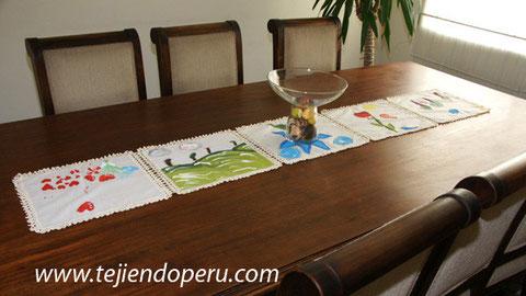 camino de mesa en tela con bordes a crochet