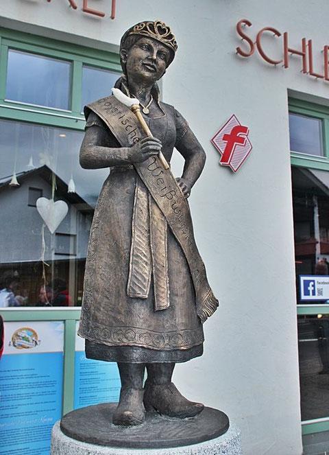Bronzefigur Bayerische Weißwurstkönigin in Bodenmais - Bild: Albert Fritz