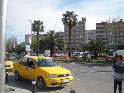 На улицах Стамбула в районе Аксарая