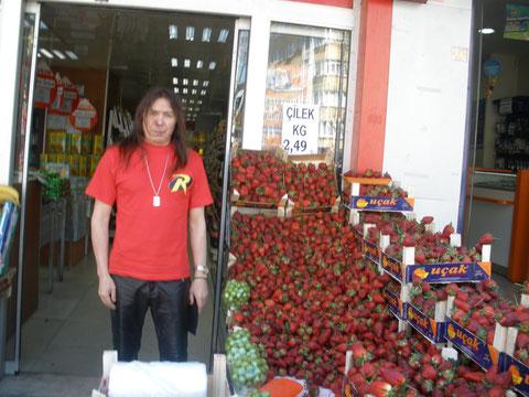 В Стамбуле много ягод и фруктов