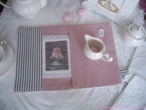 """Long Set de table décoratif """" A l'heure des Délices Shabby et de sa Pièce Montée """"  Std020717"""