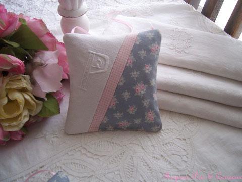 """Coussin de porte Lavande """" Monogramme P et Petits Bouquets de Rose Shabby """"  cp0226151"""