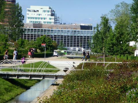 Hier ist die Anlage etwas genauer zu sehen, mehrere Brücken überspannen den Kanal, am Ufer führen immer neue Wege nach oben.