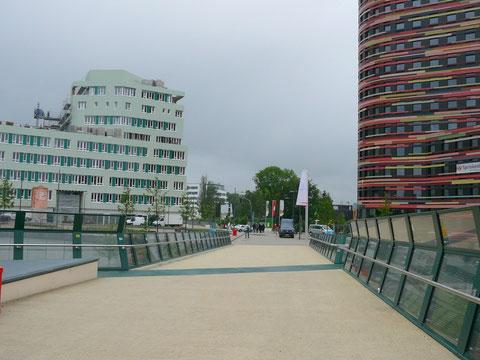 Fußgängerbrücke von der S-Bahn Wilhelmsburg zum Haupteingang