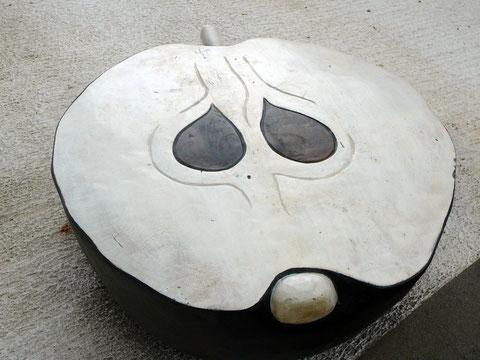 """Das """"Apple""""-Logo als Sitzplatz unter Riesen-Plattenspieler-Schirmen"""