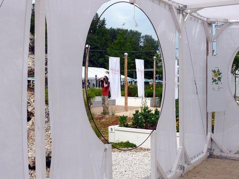 Der Bambus- Container ist mit Baumwoll-Tüchern kreativ bespannt