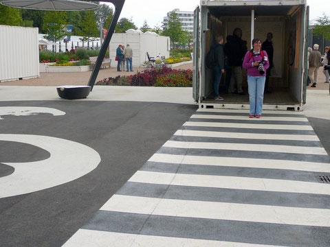 """Der Abbey-Road Zebrastreifen führt aus dem Music-box-Container zum Hamburger St.Pauli-Container, wo die ersten Schritte der Beatles im """"Star Club"""" dokumentiert werden."""