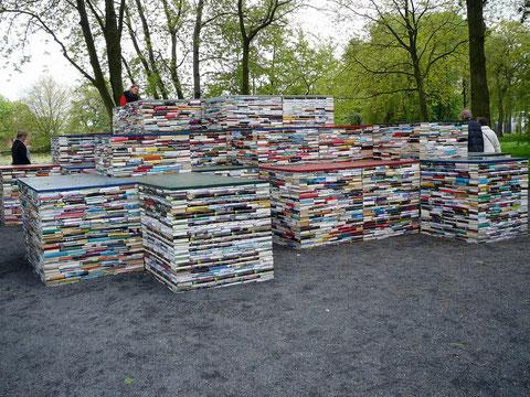 """Auf diesen Bücher-Bergen läßt es sich lesen; """"gehobene"""" Literatur!"""