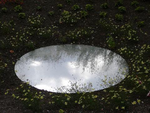Hier, am tiefsten Punkt des Gartens, spiegelt ein symbolischer Teich den Himmel, Coreopsis und Lavasplitt verstärken den Eindruck