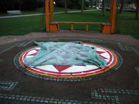 Das zentrale Mandala in der erhöhten Gartenmitte war leider defekt und abgedeckt...