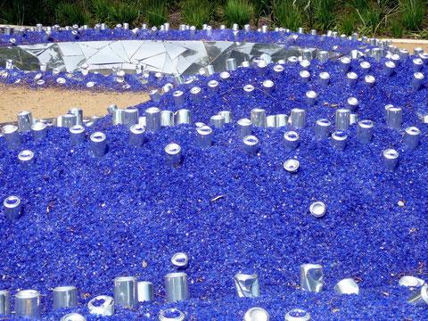 Wirklich? -Alu-Getränkedosen als Spiegelelemente im blauen Gassplitt!