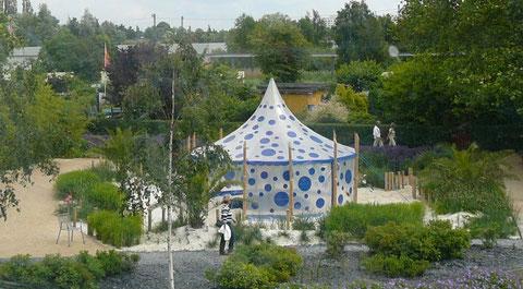 Blickt man aus der Monorail-Bahn auf den Garten, wirkt er wie eine Oase in der Weite der Landschaft.