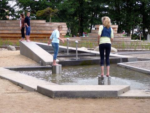 Aus den Metall-Zylindern spritzt Wasser bei Draufspringen!