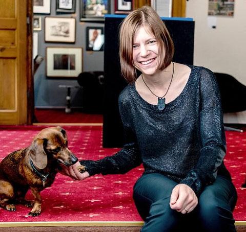 Susanne Höhne in der Galerie mit Dackel Vara