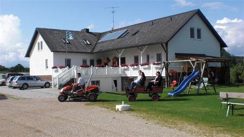 Tretfahrzeuge vorm Bauernhaus - Sommer Vierbruckmühle