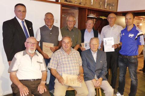 Die Gründungsmitglieder erhielten das Ehrenabzeichen in Gold des BLSV.