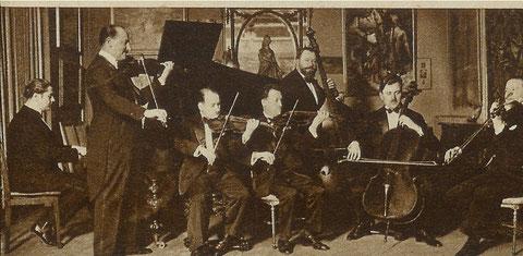 Le Maëstro Albert Locatelli et son Orchestre de genre répètant dans l'auditorium des disques Odéon