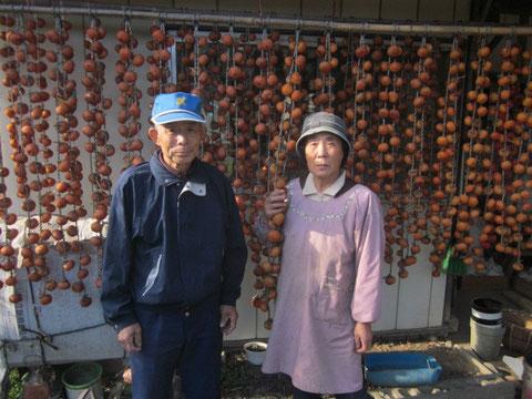 ↑吊るしたばかりの干し柿の前で仲の良い2人の姿をパチリ