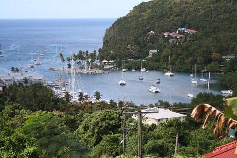 Der traumhafte Blick auf eine der schönsten Buchten der Welt, auf die Marigot Bay.