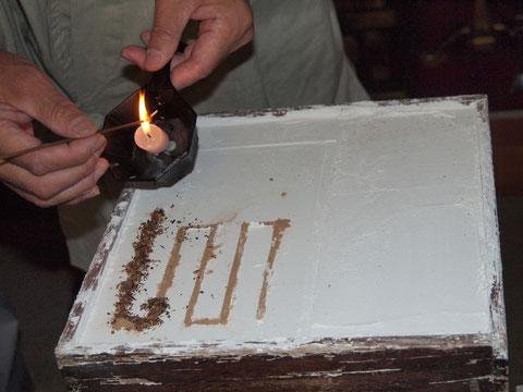 香に点火し燃えている長さで時間の目安になるところから香時計と云われる。