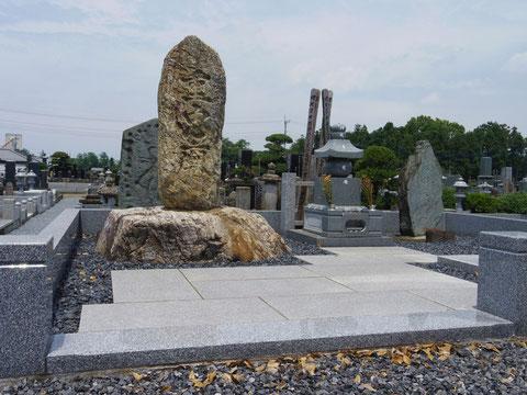 重忠廟と刻まれた供養塔が重忠墓の銘石のみを残す