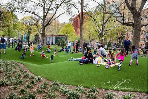 Der Rasen auf diesem Spielplatz ist ein Kunstrasen....