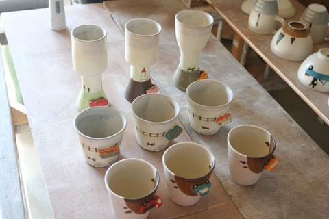 奥のワインカップは4200円真ん中の電車カップは3000円手前のカップは3700円です