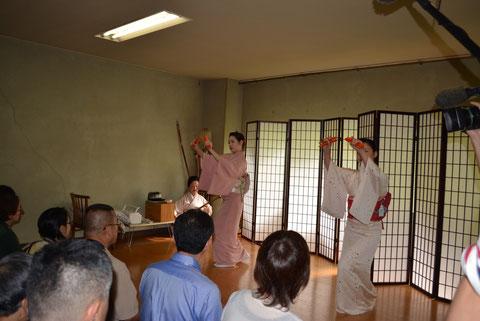 お稽古場で、お座敷とは装いの違う若手芸妓「柳都さん」の舞とベテラン芸妓の弾き語りの鑑賞会を開催しました。[2015.9]