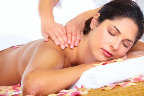 Frau bei Schultermassage, Klassische Massage, Sportmassage, Rückenmassage