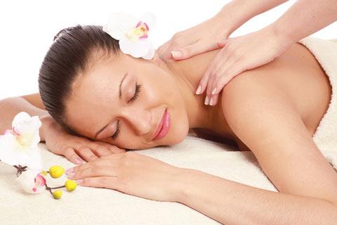 Nackenmassage, entspanntes Lächeln einer Frau während der Massage im Institut Wohlgenuth Linz
