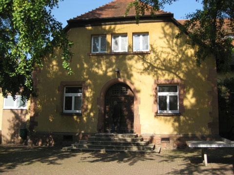 Eingang Turnhalle - unten Herrenumkleide, Treppe hoch  Damenumkleidung
