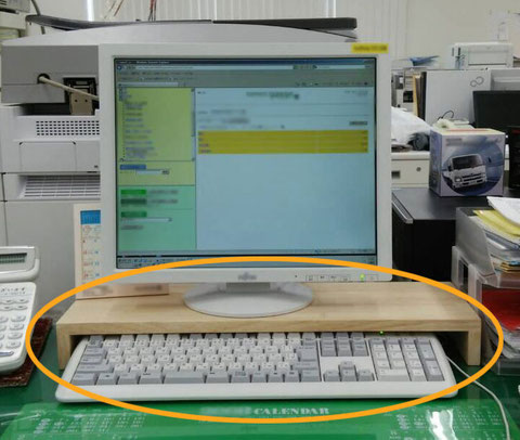 ゴム集成材のキーボード収納台