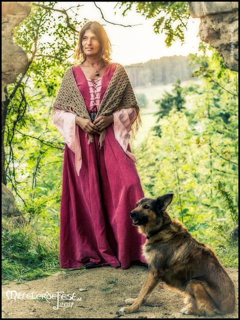 Karin, die Wanderführerin, und ihr Hund Aska
